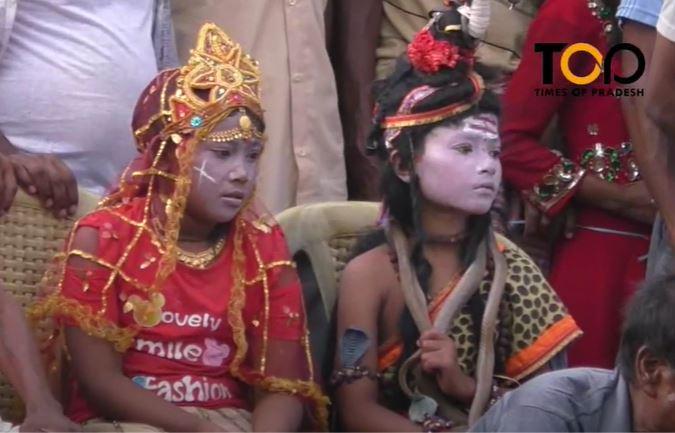 विषालु सर्पको बिषसँग रमाउँदै झापाका धामी-झाँक्री, यस्तो हुँदो रहेछ 'बिषहरि खेल' । :: Times of Pradesh