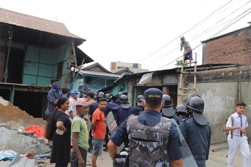 सुरक्षाकर्मीसहित सुकुमबासी बस्तीमा दमक नगरपालिकाको डोजर, दुई दर्जन परिवार विस्थापित