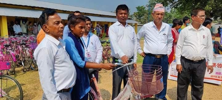 झापा गाउँपालिकाका छात्रालाई निःशुल्क साइकल