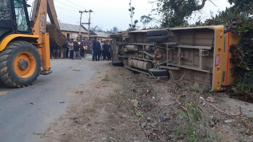 विद्यार्थी बोकेको बस दुर्घटना : एकको मृत्यु, २२ जना घाइते