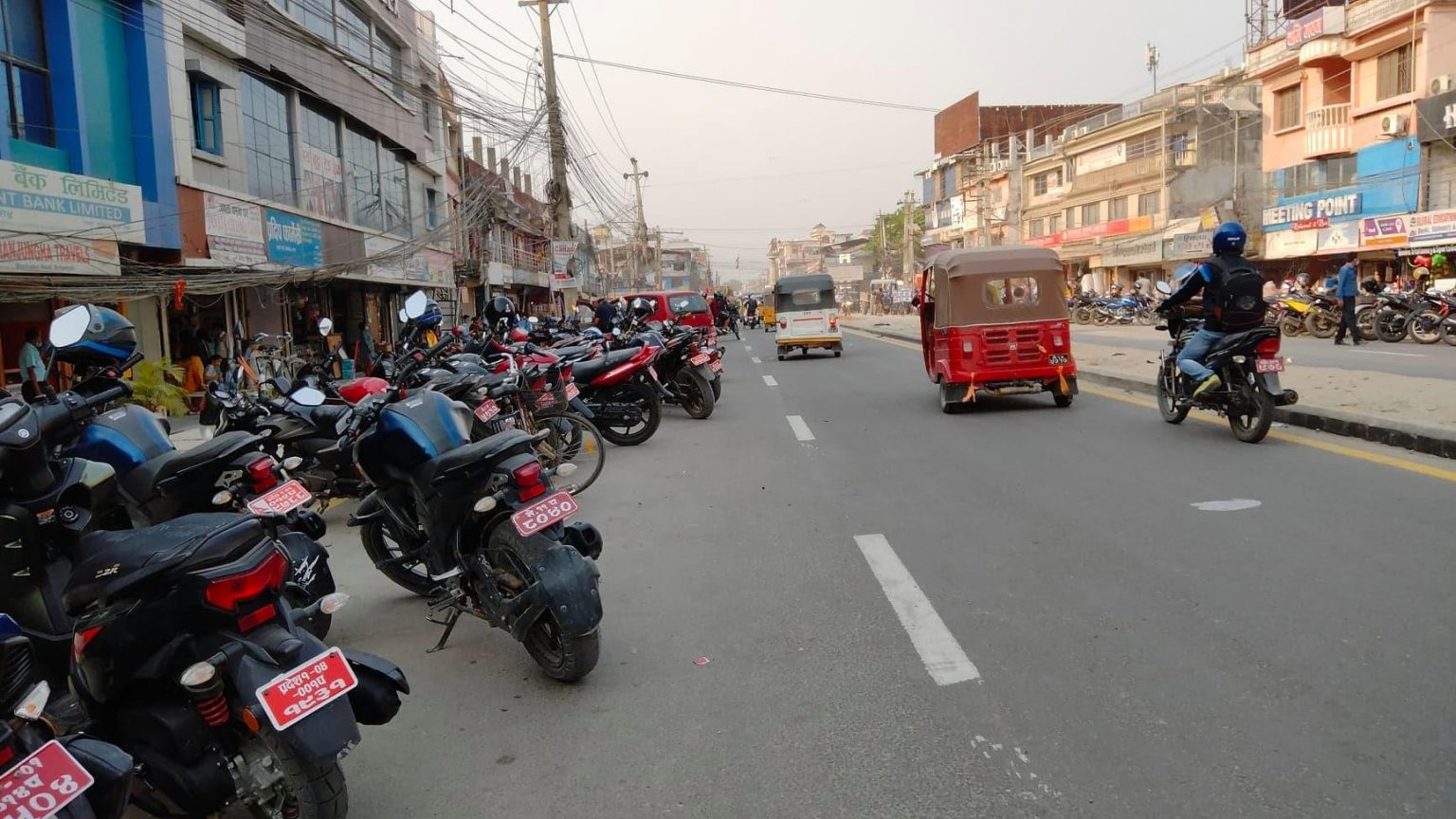 बिर्तामोडमा पार्किङ अस्तव्यस्त, भद्रपुर रोडको दुई लेन सवारीसाधनले ढाक्यो :: Times of Pradesh