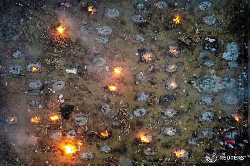 भारतमा कोरोना भयावह, खुला ठाउँमा शव जलाइँदै