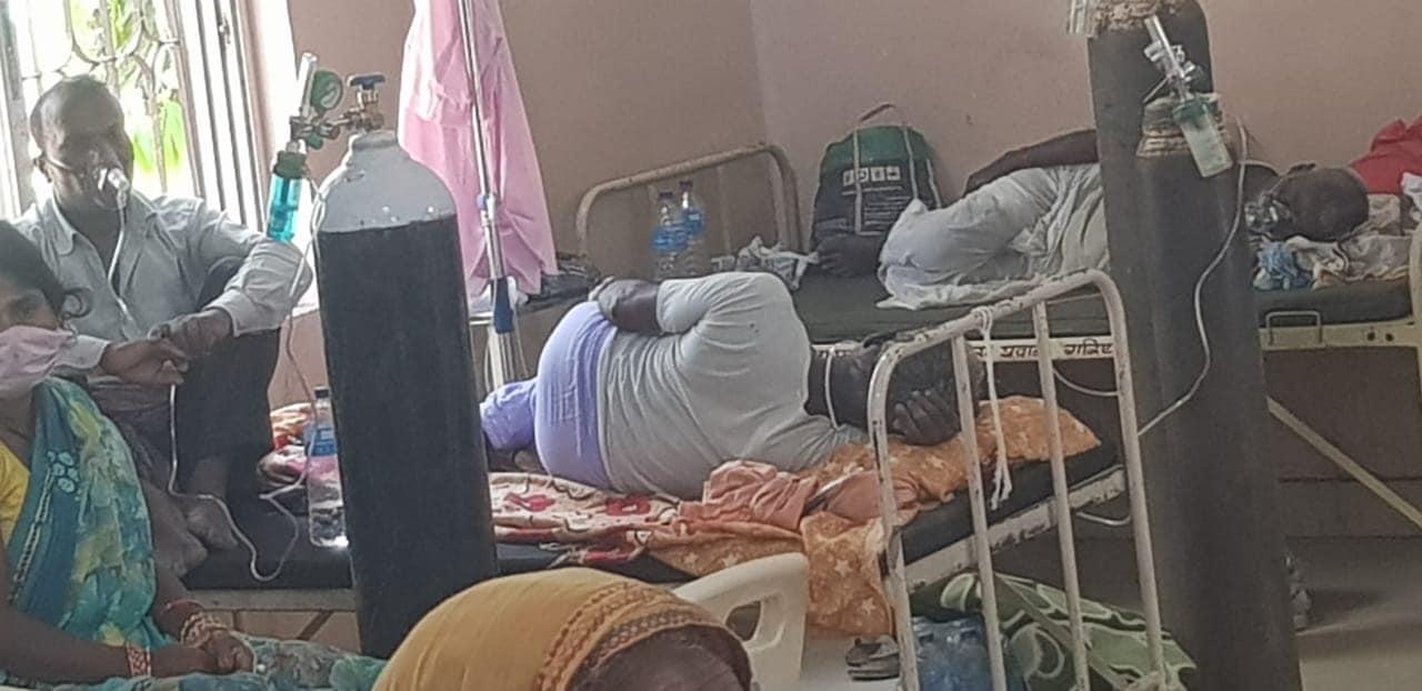 दिल्लीजस्तै दृश्य वीरगञ्जमा : एउटै बेडमा तीन जना संक्रमितको उपचार