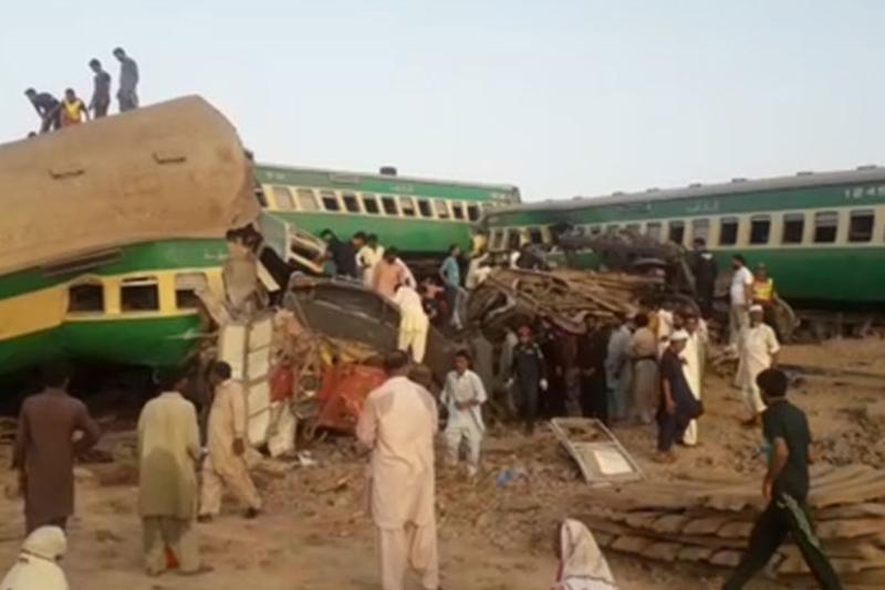 पाकिस्तानमा दुईवटा रेल ठोक्किँदा कम्तीमा २५ जनाको मृत्यु :: Times of Pradesh