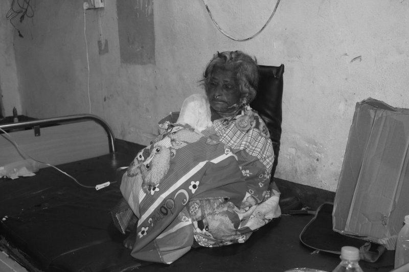 ग्यास लिक भएर आगलागी : जलेर घाइते भएकी वृद्धाको मेची अस्पतालमा मृत्यु, दुई छोराको उपचार हुँदै