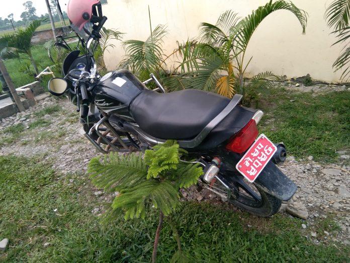 दशगजा क्षेत्रबाट सशस्त्र प्रहरीले फेला पार्यो बेवारिसे मोटरसाइकल
