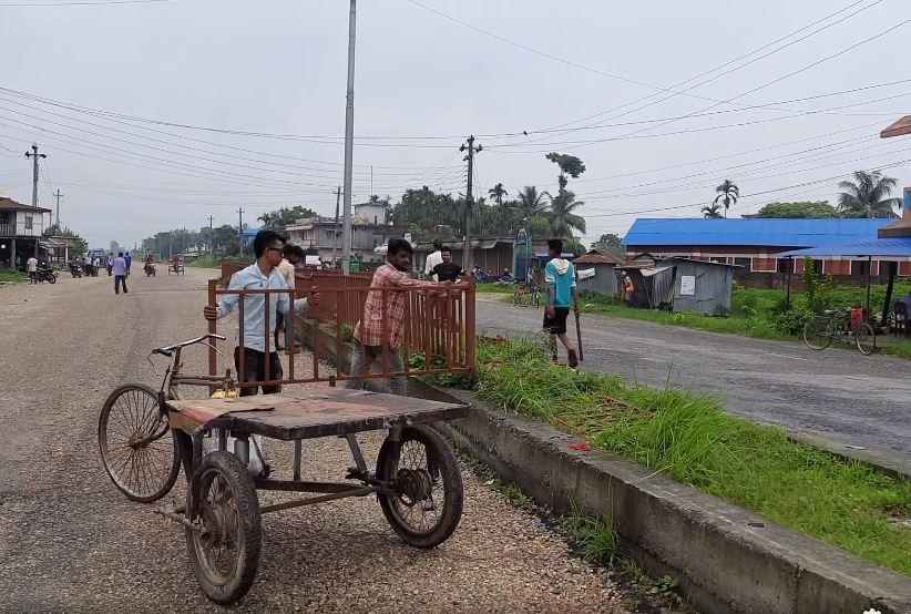 कचनकवलमा स्थानीयको विरोधपछि रोड डिभाइडरमा लगाएको गुणस्तरहीन फलामे रेलिङ गाउँपालिकाले हटायो :: Times of Pradesh
