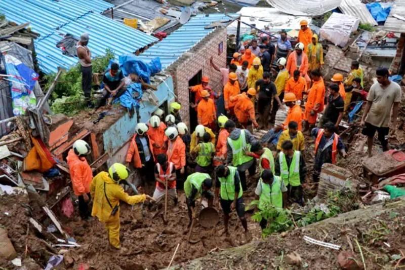 भारतको मुम्बईमा बाढीले घर भत्कायो, कम्तिमा २५ जनाको मृत्यु
