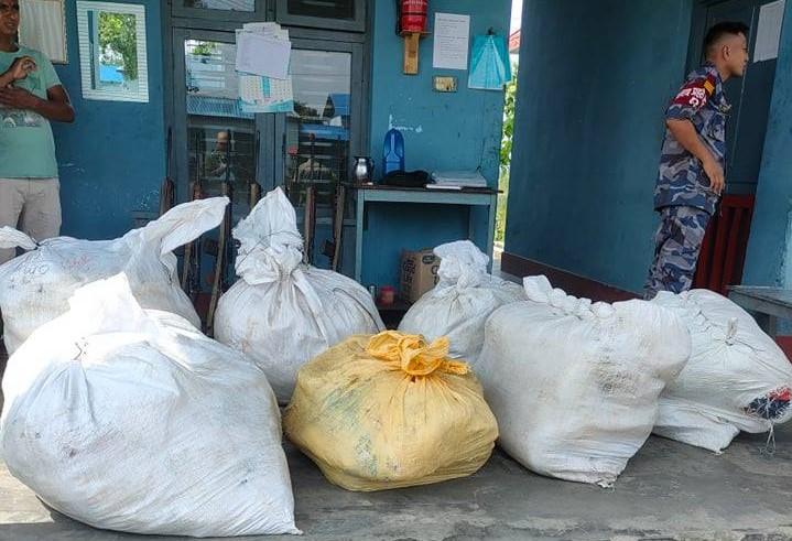 भद्रपुर नाका : सीमामा तैनाथ सुरक्षाकर्मीको सेटिङ तस्करी, ९ पोका कपडा बरामद गरेपछि खुल्यो यस्तो रहस्य