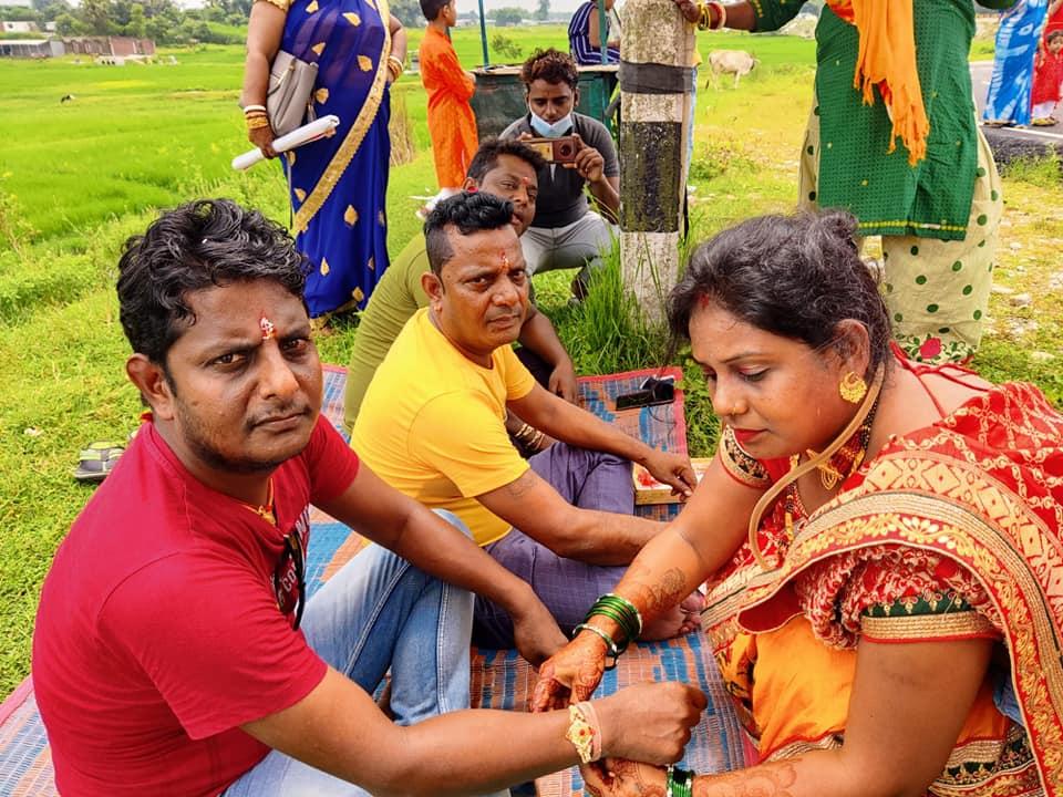 कोरोना कहरका बिच रक्षाबन्धन : नेपाल–भारत सीमा नाकामै दिदीबहिनीले लगाए दाजुभाइलाई राखी :: Times of Pradesh